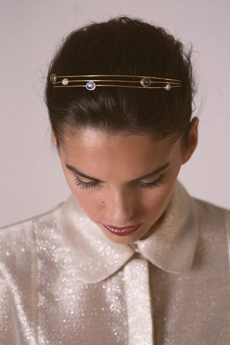tiara de novia Buffuna en latón bañado en oro. Piedra lunar y cuarzo engarzados en virola.